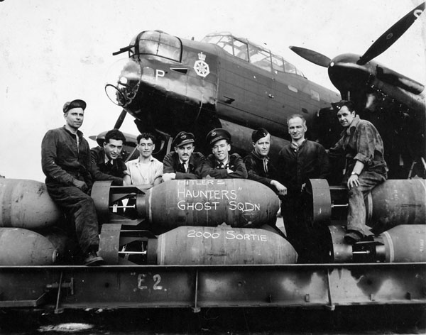 Aircrew_&_Groundcrew_of_a_No__428_Squadron_RCAF,_Avro_Lancaster